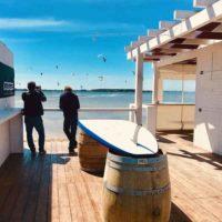 bar sur le spot de kite de lo stagnone, ciel bleu et conditions de vent parfait pour le kitesurf, séjour kitesurf sicile